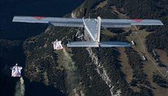 VIDEO: Šílenci s křídly. Seskočili z hory v Alpách a přistáli v letícím letadle