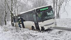 Při nehodě autobusu u Ločenic zemřel člověk, 12 lidí je zraněných