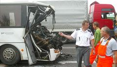 U Nymburka se srazil autobus s nákladním autem, 9 lidí zraněno