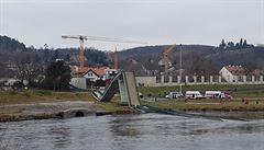Praha bude řešit, co dál se zřícenou lávkou v Troji. A je země kulatá?