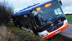 V Praze sjel autobus MHD do příkopu. Hasiči vyprostili 3 zraněné
