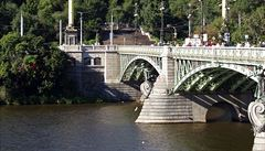 Do Vltavy v Praze skočil z Čechova mostu mladý Polák, policie ho našla po třech hodinách mrtvého
