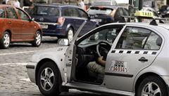 Opilec napadl taxikářku. Strážníkům hrozil vrtáním do hlavy