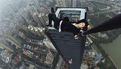 Lezec na mrakodrapy se zřítil z 62 pater. Chtěl vydělat peníze na svatbu a pro nemocnou matku