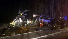 Dětských obětí srážky autobusu s vlakem ve Francii je šest, dvě dívky zemřely v nemocnici