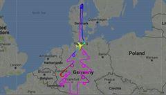 Pilot 'nakreslil' na oblohu obří vánoční strom. Testoval letadlo pro Emirates