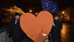 Havlovi příznivci donesli na Hrad symbol srdce v čele s kandidáty Hilšerem a Fischerem