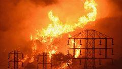 Horko, sucho a vítr. Mohutný požár si v Kalifornii vyžádal novou vlnu evakuací