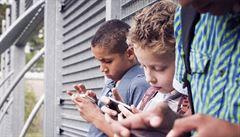 Radikální krok. Školákům ve Francii zakáží mobilní telefony i o přestávkách