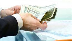 Šustění bankovek mírní bolest