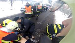 Unikátní video z dopravní nehody z helmy. Hasiči resuscitací řidiče zachránili