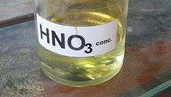 Zeptali jsme se vědců: V jakých případech lze lít vodu do kyseliny?