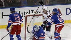 NHL: Útočník Kämpf premiérovým bodem pomohl Chicagu k výhře, Frk zas Detroitu