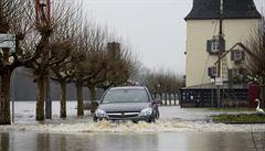 Zaplavené pozemky a domy. Západ Německa zasáhly povodně