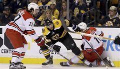 NHL: Pastrňák se blýskl třemi body. Hejdukův dres v Coloradu slavnostně vyřadili