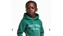 Řetězec H&M oblékl černošského chlapce do mikiny s nápisem 'opice'. Protestují i celebrity