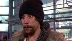 Okrádal oběti útoku z Manchesteru. Soud bezdomovce 'hrdinu' uznal vinným, milion a půl nedostane