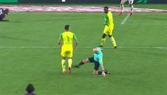 VIDEO: Nakopl hráče a následně ho vyloučil. Hráči Nantes zuří, fanoušci se baví