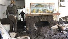 Počet obětí záplav v Kalifornii se zvýšil na sedmnáct, sesouvá se kamení i bahno