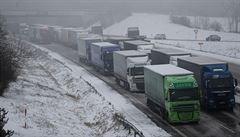 Počasí komplikuje dopravu. Na D1 jsou kolony, místy se můžou tvořit i sněhové jazyky