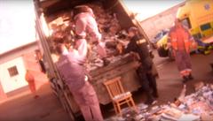 VIDEO: Bezdomovec se před zimou schoval do papíru. Před slisováním ho zachránili policisté