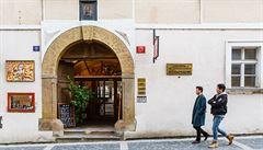 Zeman ve svatyni pražské kavárny. V domě jeho štábu je plakát Horáčka i Karel s čírem