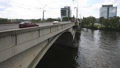 Praha uzavře do odvolání Libeňský most pro auta i tramvaje. Jeho část je v havarijním stavu
