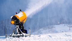 Lyžování na horách i na jaře. Kdo vymyslel umělý sníh?