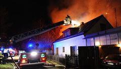 V pražských Čimicích hořely přístřešky. Oheň se dostal až do podkroví obytných domů
