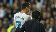 Zkrvavený Ronaldo ani během zápasu neodolal. Kontroloval svůj vzhled na mobilu