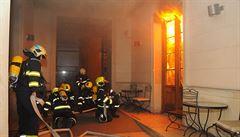 Za požárem hotelu v Praze s pěti mrtvými stojí neznámý člověk. Policie řeší možný úmysl