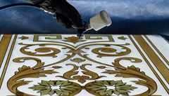 Skláři v Novém Boru vyrábějí repliky stropů pro Národní muzeum
