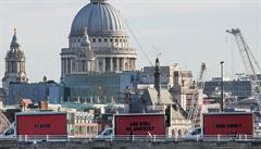 Inspirace filmovým trhákem. Tři billboardy v Londýně chtějí spravedlnost pro oběti požáru