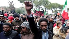 V italské Maceratě protestovaly po útoku na černochy desetitisíce lidí