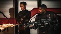 Náčelník Beatty (Michael Shannon) a Guy Montag (Michael B. Jordan). Snímek 451° Fahrenheita (2018). Režie: Ramin Bahrani.