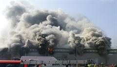 VIDEO: Během požáru mrazíren v Mochově se propadla střecha, čeká se zřícení části objektu