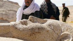 V Egyptě odkryli starověké pohřebiště s desítkami sarkofágů a zlaté pohřební masky