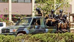 Po útoku na sídlo armády v Burkině Faso zemřelo nejméně 28 lidí. Zřejmě útočili radikální islamisté