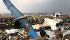 V Káthmándú skončilo letadlo se 67 pasažéry ve fotbalovém hřišti. Zemřelo nejméně 50 lidí