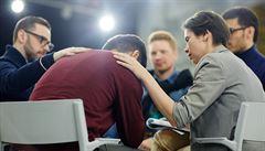 Předstírání emocí v práci může vést až k vyhoření. Obranou přitom může být empatie