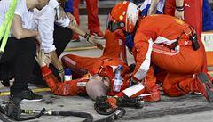 Jsem v pořádku, hlásí mechanik Ferrari, kterého srazil v depu Räikkönen