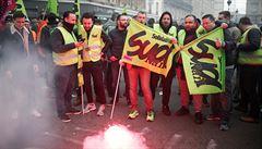 Po celé Francii stávkují železničáři, v okolí Paříže se tvořily stovky kilometrů kolon