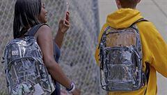 Do školy jedině s průhledným batohem. Floridští studenti se bouří