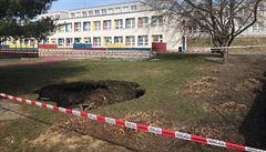 Na pozemku školy se na Černém Mostě propadl strop protiatomového krytu