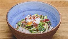 Jak na jarní chřestový salát s malinami, poradí šéfkuchař