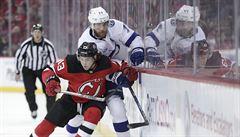 VIDEO: Boxerský úder, hokejka v obličeji soupeře, seknutí do rozkroku. NHL přesto netrestá