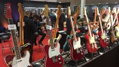 Když má basista Rolling Stones chvilku času, prodává kytary vlastní značky