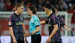 Bizár v Bundeslize. Rozhodčí vyháněl hráče z šaten, aby mohli kopat penaltu