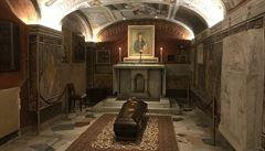 Chladné vatikánské podzemí utichlo. Pak zazněl zpěv a rakev s ostatky kardinála pozvedli