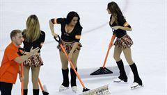 VIDEO: Nenávist až za hrob. Fanoušci Flyers házeli na led a soupeře odpadky